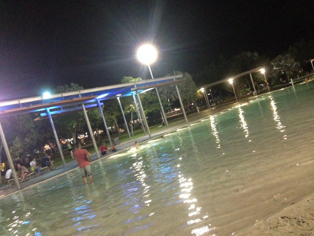 夜の人工プール「ラグーン」です。