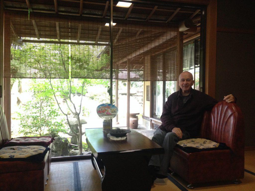 Chuckと京都の旅館入り口で