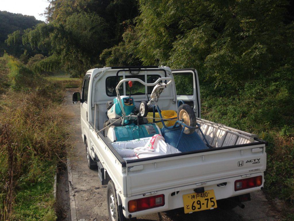 軽トラックに作業に必要なものを積み込みます