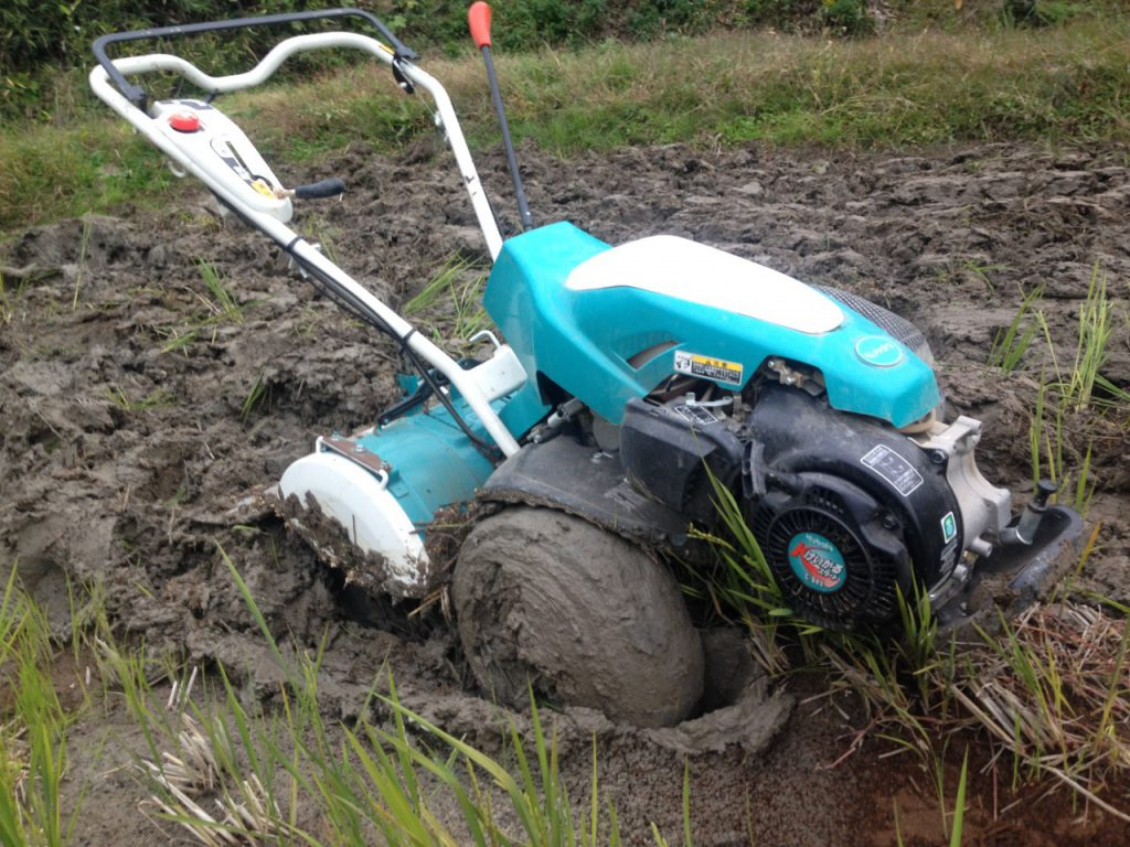 耕運機が田んぼにはまる