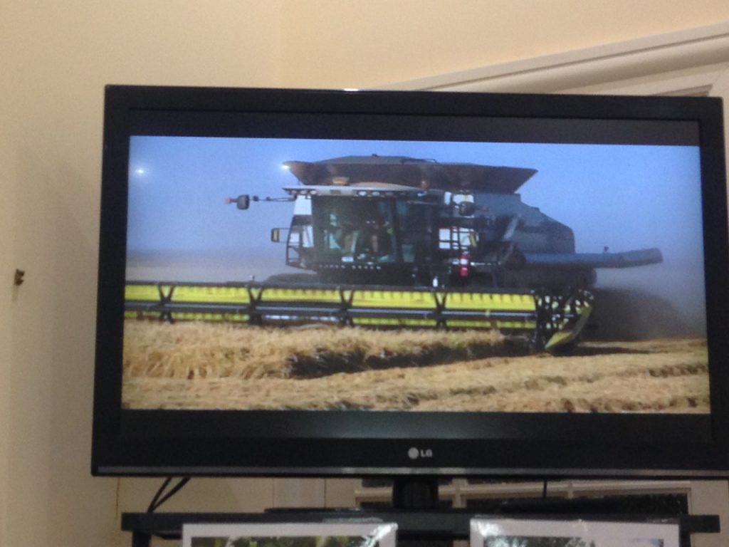 あれだけ草だらけの田んぼもこの大きな機械があれば収穫も軽々できるんですよね〜〜。ほしいなあ。
