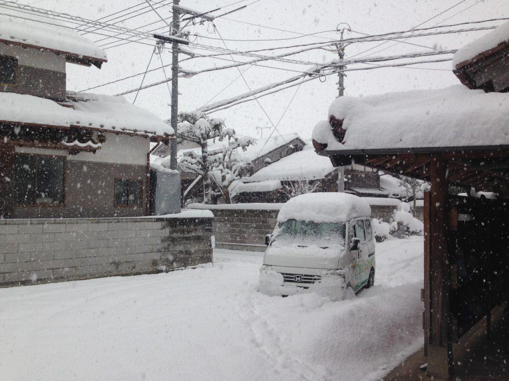 雪に埋もれる眞知子カー