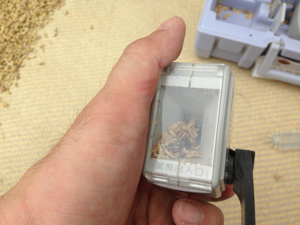 米麦水分測定器で米の水分量をはかります