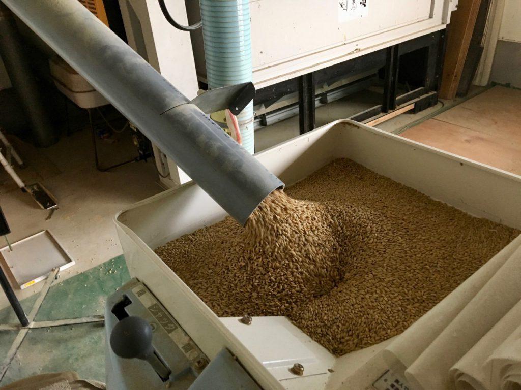 農林22号籾摺り機に