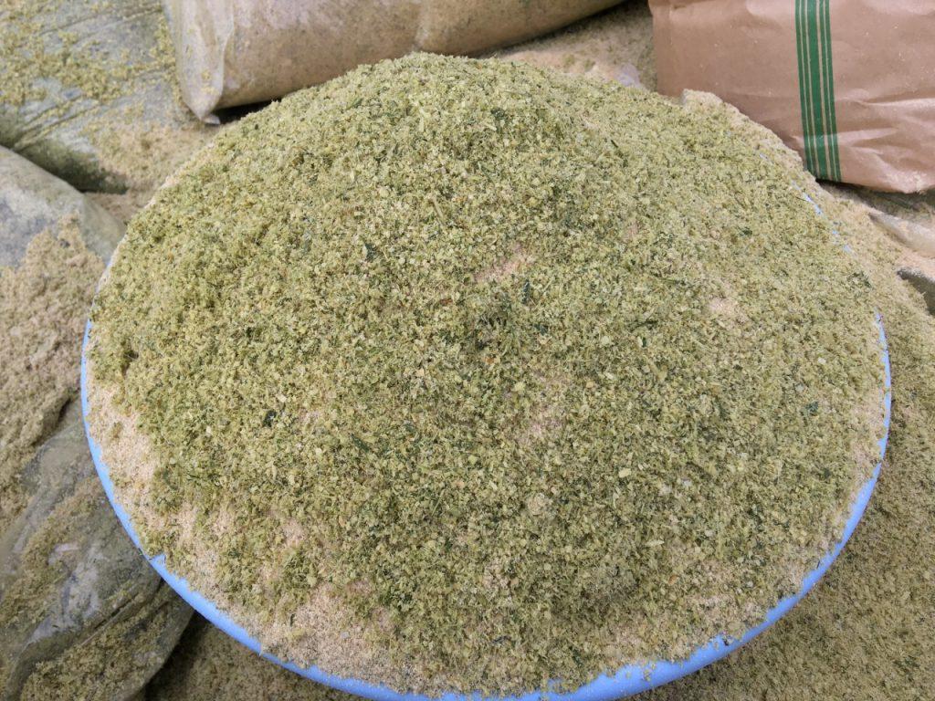 竹パウダーと米ぬかを混ぜあわせる