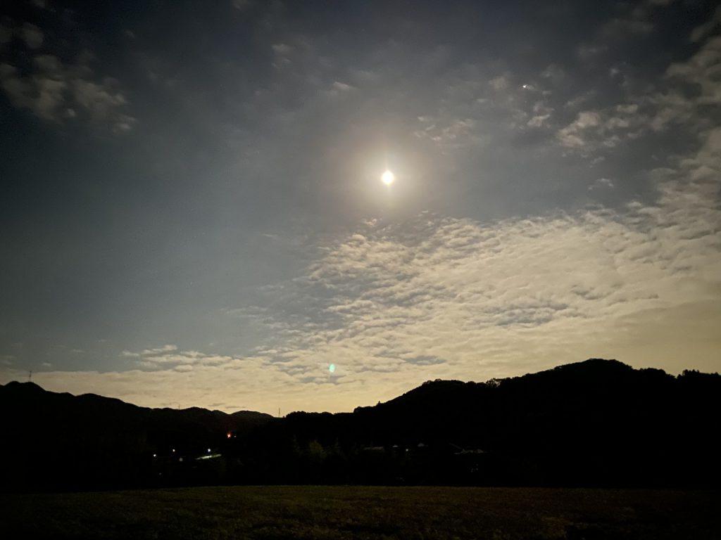 農道からみる月